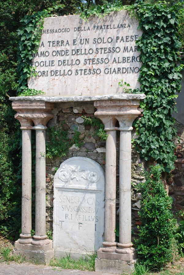 la tomba di seneca con la frase riportata sullo striscione della delegazione cinese in Italia contro il Covid-19