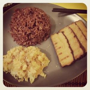 Riso rosso con lenticchie e tofu affumicato