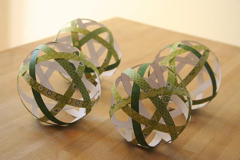 diy fabriquez vos boules de no l avec du beau papier. Black Bedroom Furniture Sets. Home Design Ideas