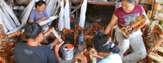 Bali merupakan salah satu sentra kerajinan kayu di Indonesia.