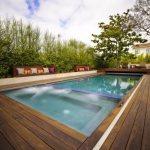 lantai decking sekitar kolam renang