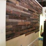 memasang dinding kayu