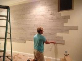menempel kayu ke dinding