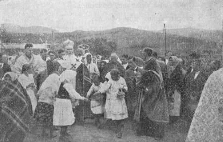 Українські діти Лемківщини сиплять цвіти свому Владиці Преосв. Иосафатові Коциловському