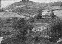 Вид на село Должицю, повіт Лісько; Церква, капличка і цвинтар