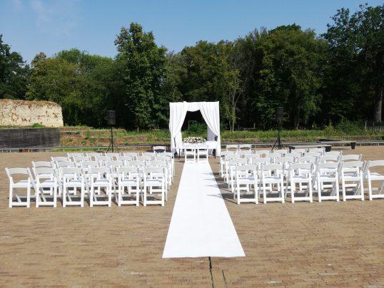Huwelijk met onze witte weddingchairs als ceremonie opstelling