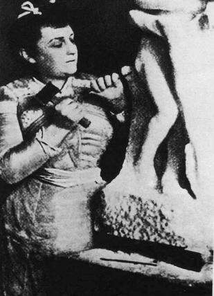 """Camille Claudel sculptant dans le marbre """"Vertumne et Pomone"""" en 1905 © Coll. Part."""