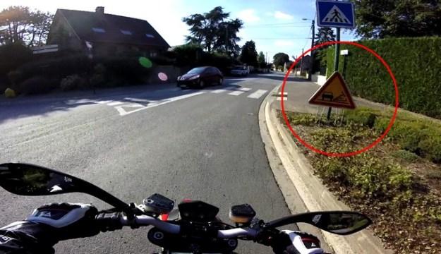 Méfiez vous avant même de voir ce panneau, des gravillons pouvant se trouver bien avant, projetés par les véhicules circulant en sens opposé