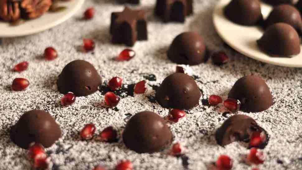 Schokoladen-Pralinen mit Nüssen und Granatapfelkernen
