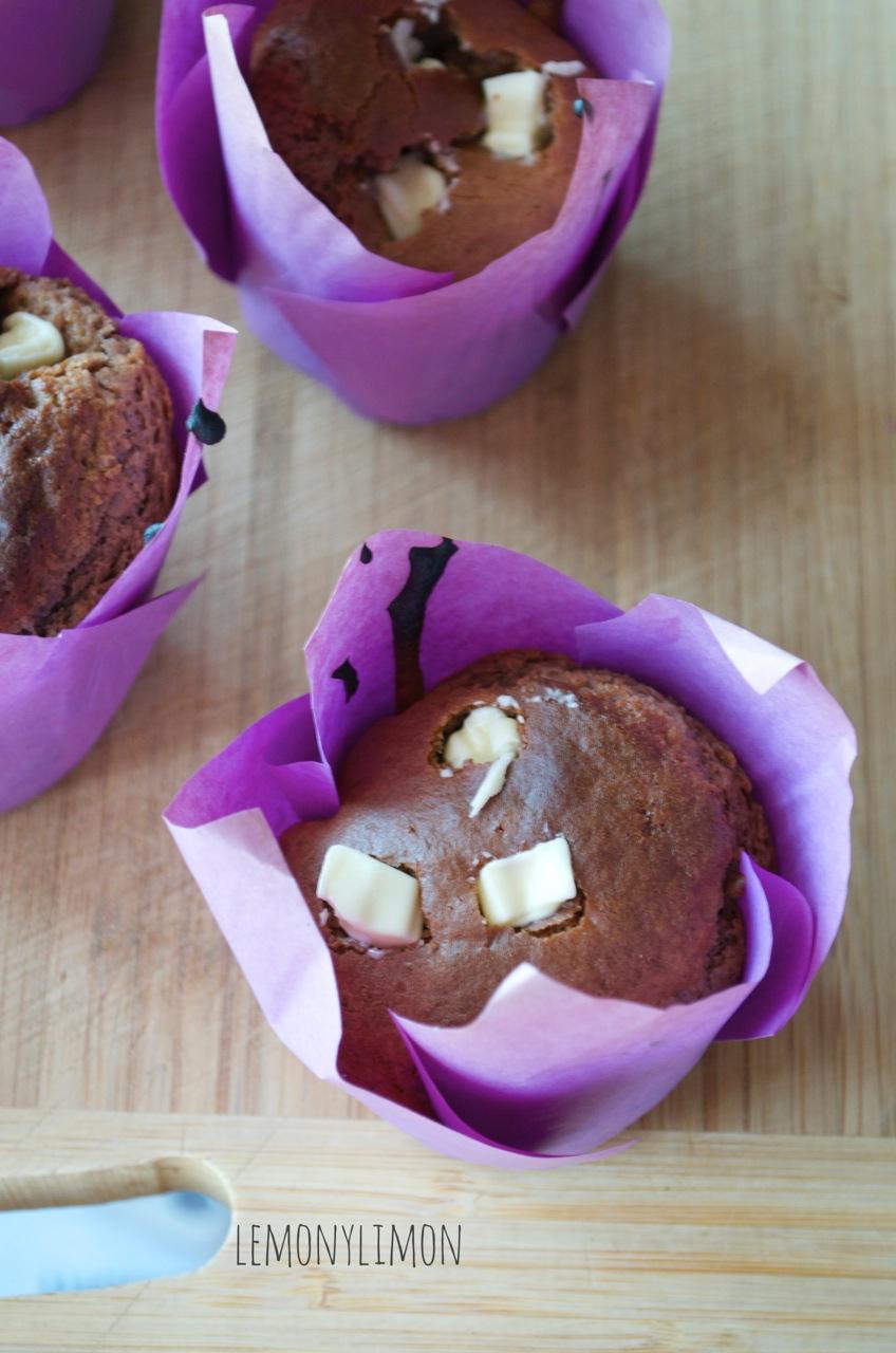 muffins de batido de chocolate y trozos de chocolate blanco