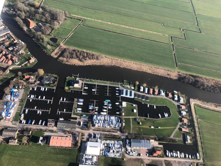 Ligplaatsen in Friesland luchtfoto