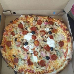 LA pizza charivari est une création de l'en k à gaillac