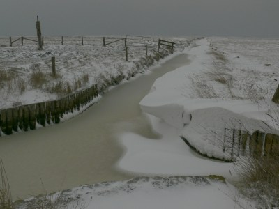 Priel mit viel Schnee