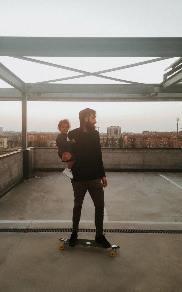Padre e figlia sullo skateboard