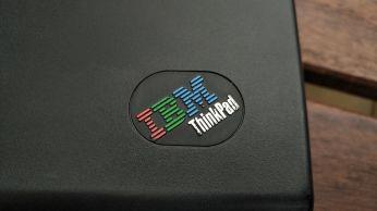 Perforované logo.