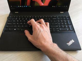 Klávesnice s rukou na TrackPointu P51s