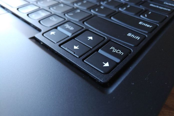 Detail zvednutého rámečku klávesnice.