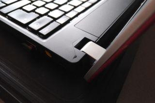 Pravý pant je už načatý, ale ještě se nevytrhl. Poničil ale rámeček klávesnice.