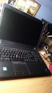 (Červenec 2013) Na základně notebooku přežívá poslední nálepka a zároveň ještě originální, stříbrné panty.