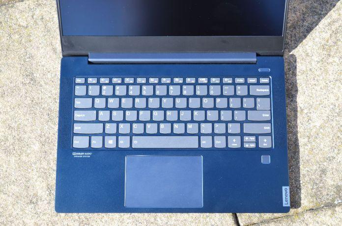 Pohled na pracovní plochu s klávesnicí.