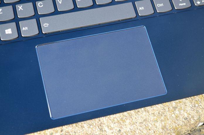 Touchpad je rozměrný, ale hlučný.