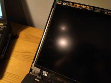 Pohyb se z víka obrazovky k pantům přenáší především dvojicí závěsů, vytažených po stranách obrazovky. Díky jejich délce nehrozí lámání víka obrazovky.