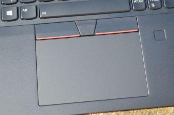 Mylarový touchpad má lehce hrubý povrch.