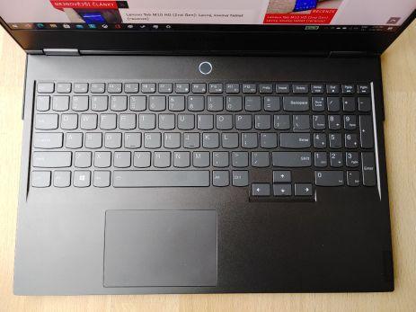 pracovní plocha a klávesnice