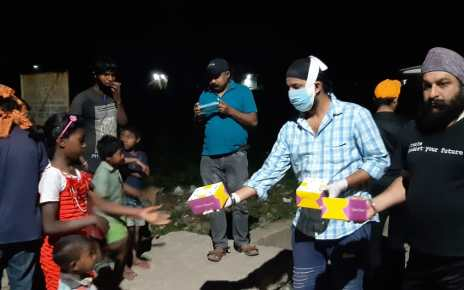 Fight against corona : gurudwara sri guru singh sabha distributed food packets in evening also