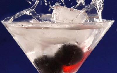 Cocktailglas mit Wasserspritzer und Fr¸chten
