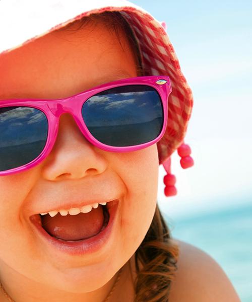 criança com óculos de sol
