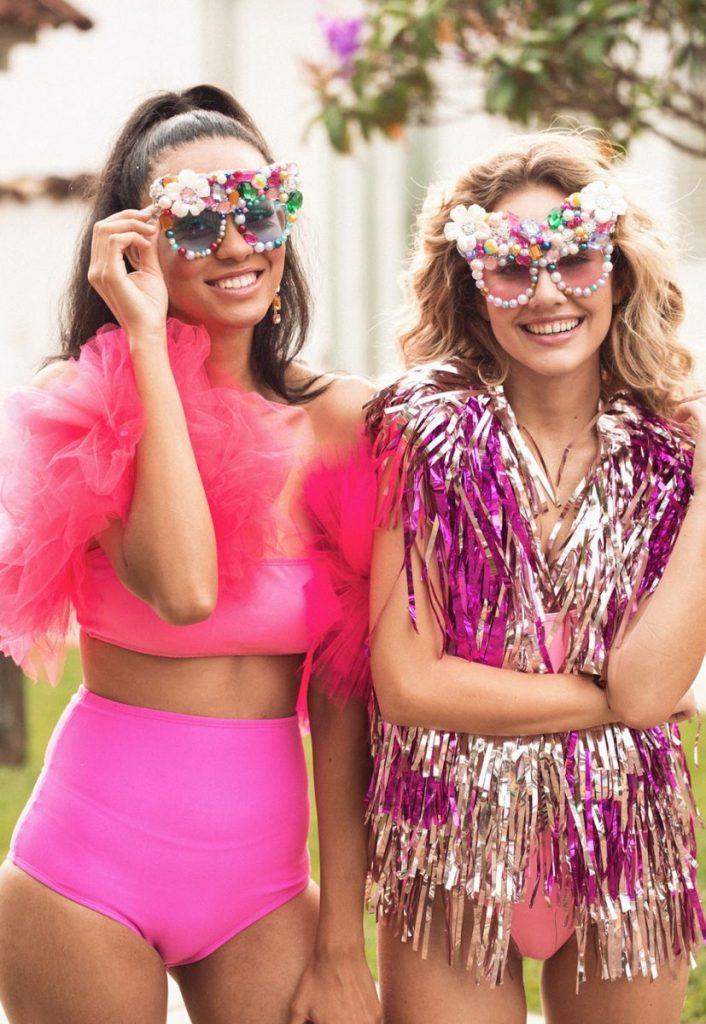Duas mulheres com exemplos de fantasias com óculos