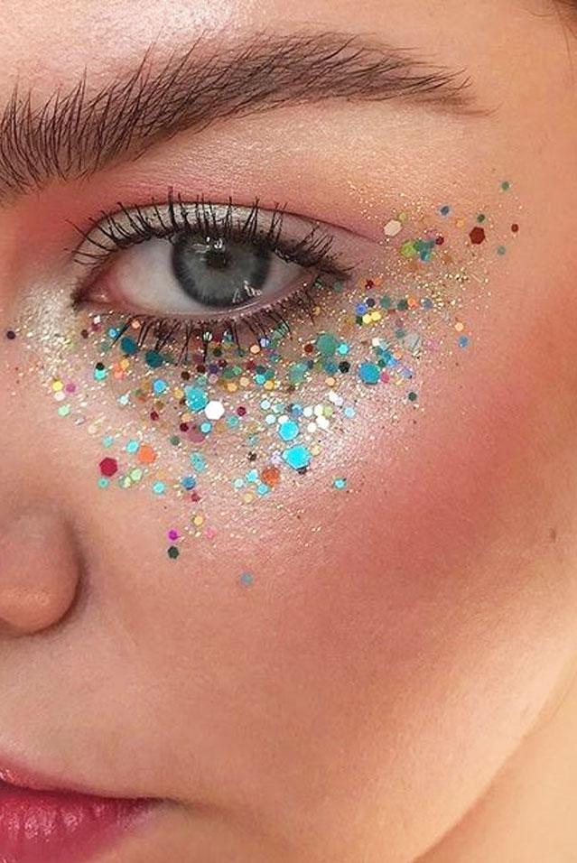 Detalhe de olho feminino maquiado