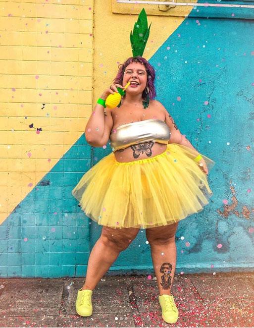 Mulher com saia de tutu amarela e top branco