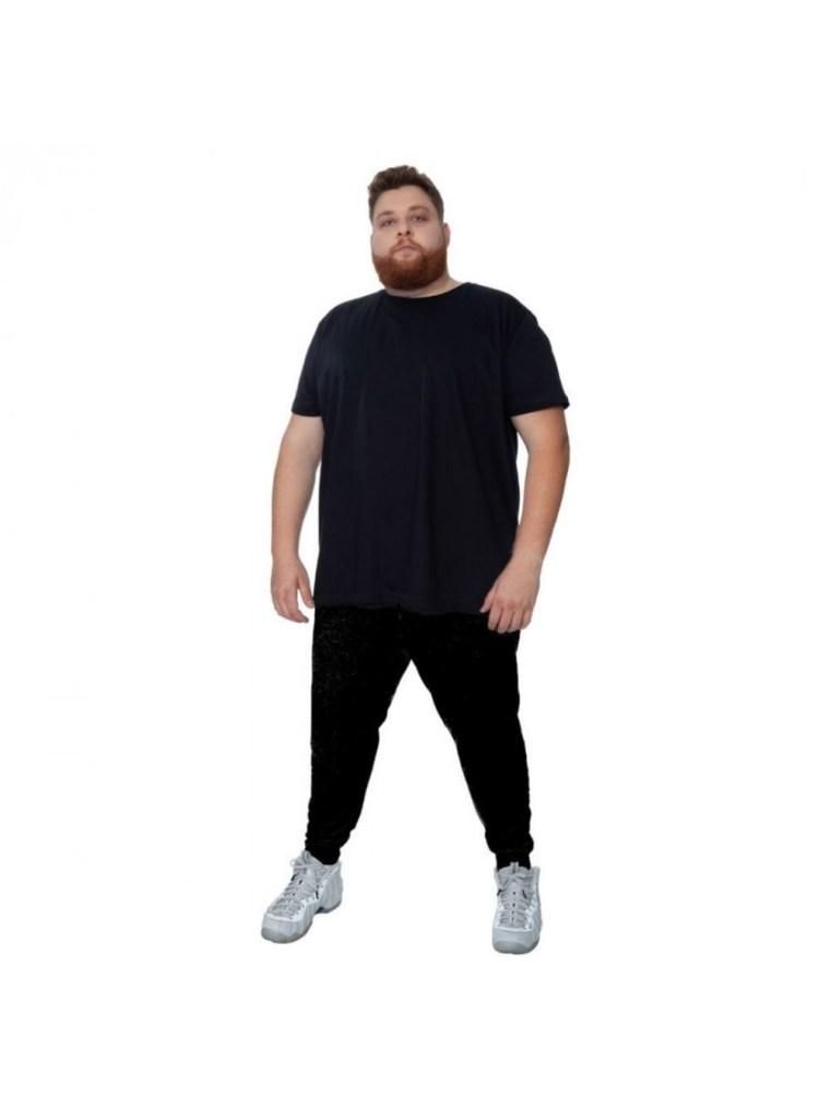 Homem com roupa básica de Academia com calça e camiseta