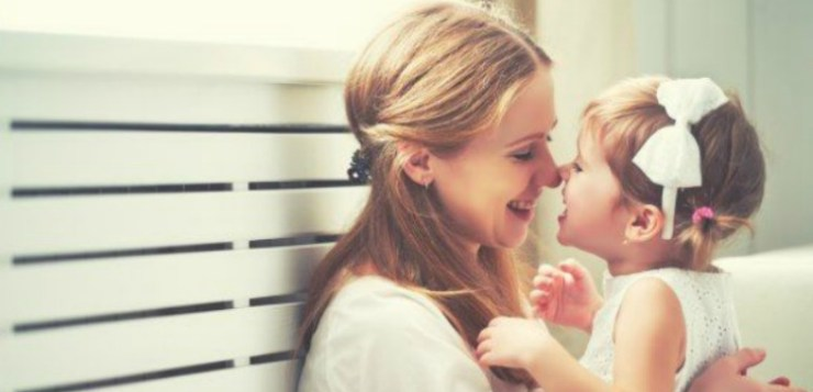 Una felice mamma multitasking