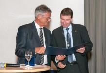 Univ.-Prof. Dr. Helmut Antrekowitsch (re.) bei der Verleihung der Georg-Agricola-Gedenkmünze. (Foto: Montanuni Leoben)