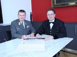 Bei der Unterzeichnung des Partnerschaftsvertrages Generalleutnant Franz Reißner (li.) und Rektor Wilfried Eichlseder. (Foto: Montanuni)