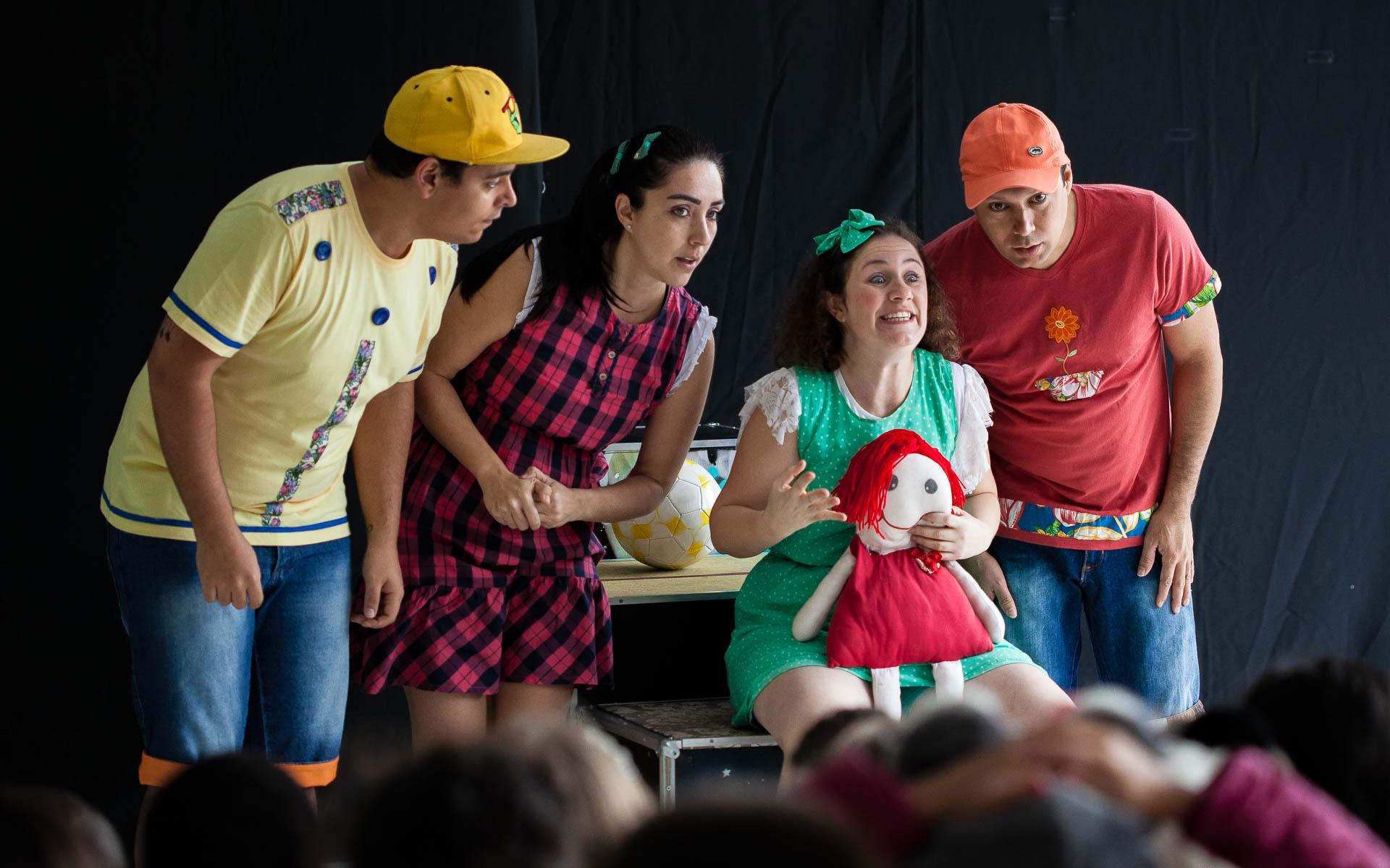 Apresentação do grupo Detalhe Teatro em Escola de Blumenau