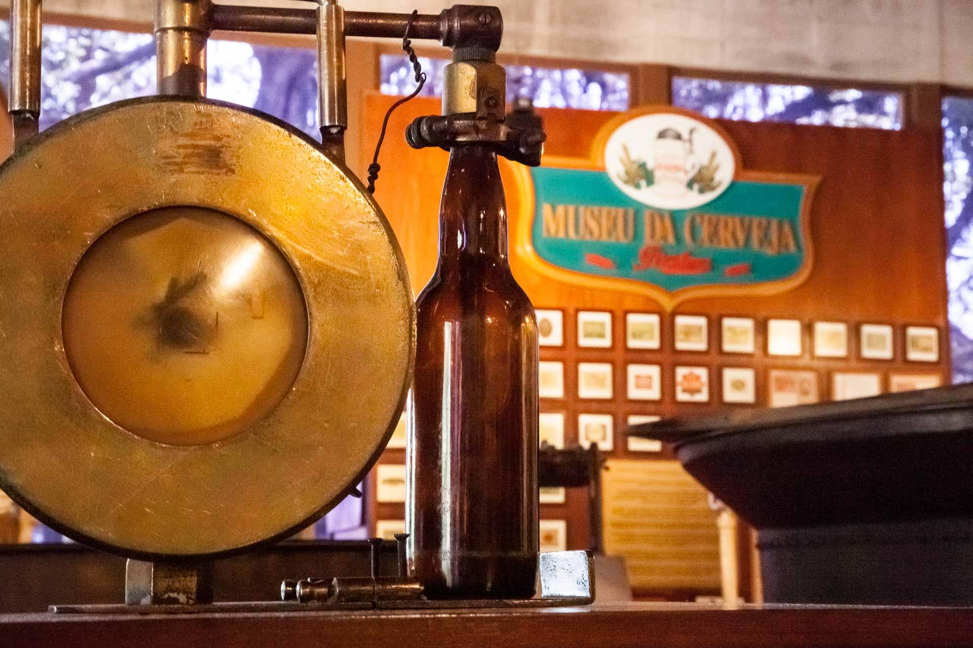 Detalhe de uma engarrafadora de cervejas no Museu da Cerveja de Blumenau, Santa Catarina