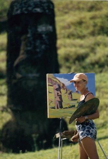 Nathalie Jolibois en train de peindre à l'île de Pâques