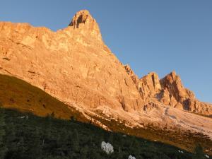 Monte Pelmo dorato all'alba