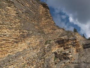 Tappa 2. La roccia della gola del Furlo.