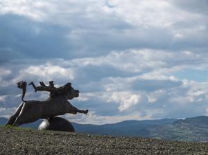 Tappa 1. La puledra e il viandante, scultura in bronzo - Montefabbri.