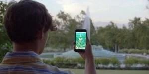 Jogador visualizando um ginásio Pokemon
