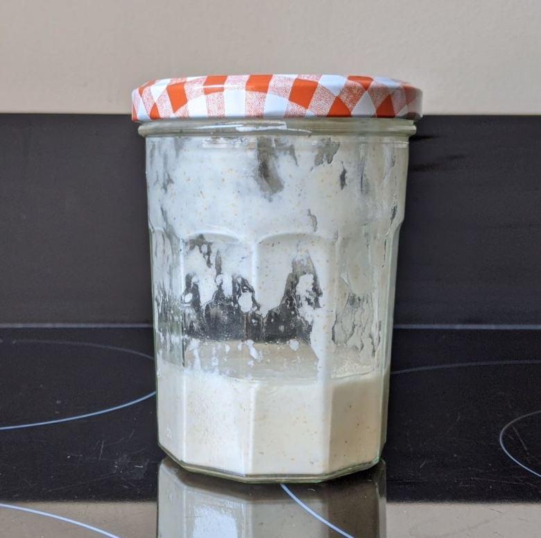 Levain dans un pot de confiture après 1 semaine au réfrigérateur