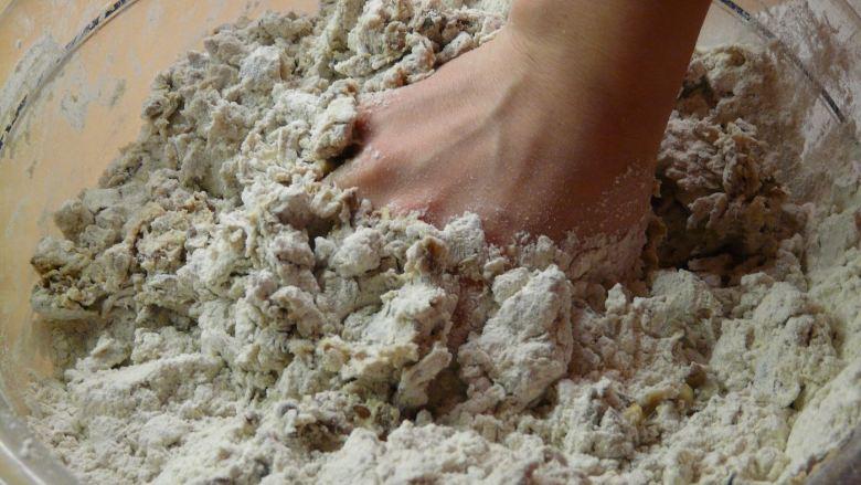 Main pétri de la farine