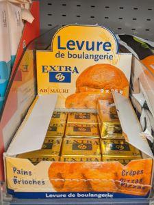 boîte de levure fraîche dans un rayon de supermarché
