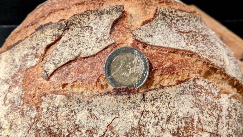 pièce de 2 euros sur pain