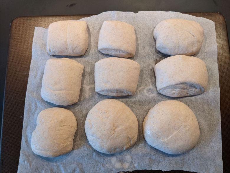 petits pains levés sur plaque
